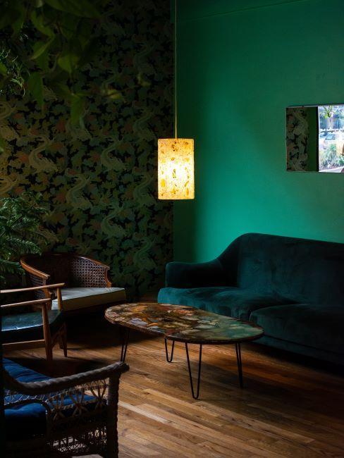 vert émeraude, papier peint sur un mur, canapé en velours vert