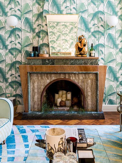 salon avec papier peint tropical et cheminée