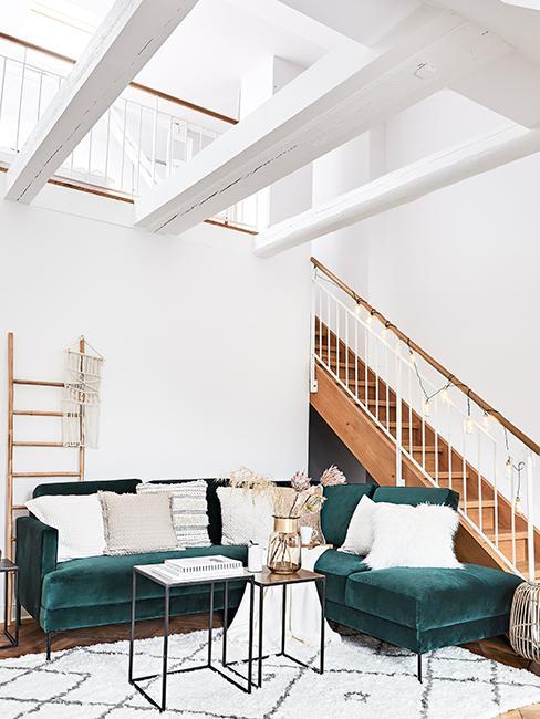 canapé vert dans salon moderne