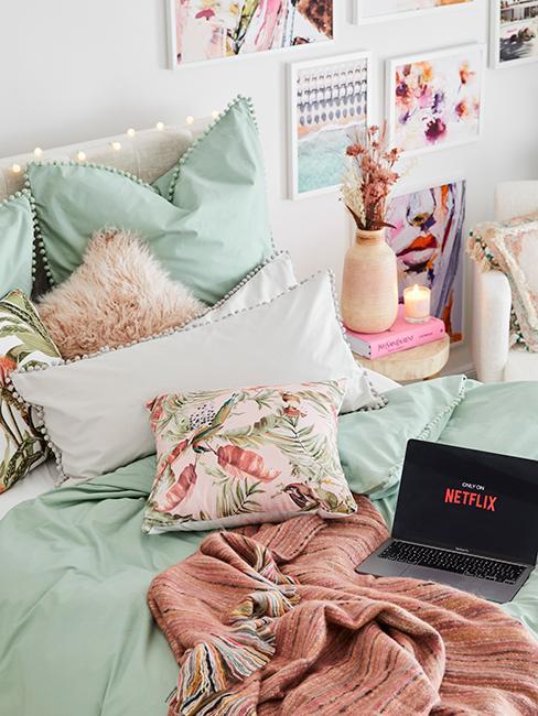 chambre ado avec linge de lit vert