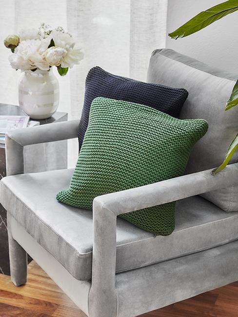 coussin vert et bleu avec fauteuil gris