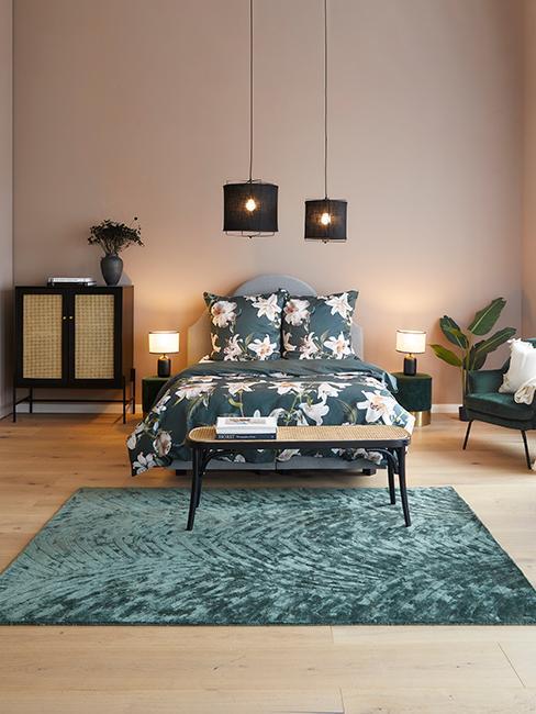 chambre avec tapis vert et linge de lit à fleurs