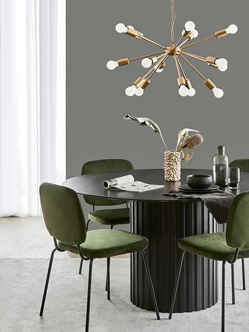 salle à manger grise avec chaises vertes