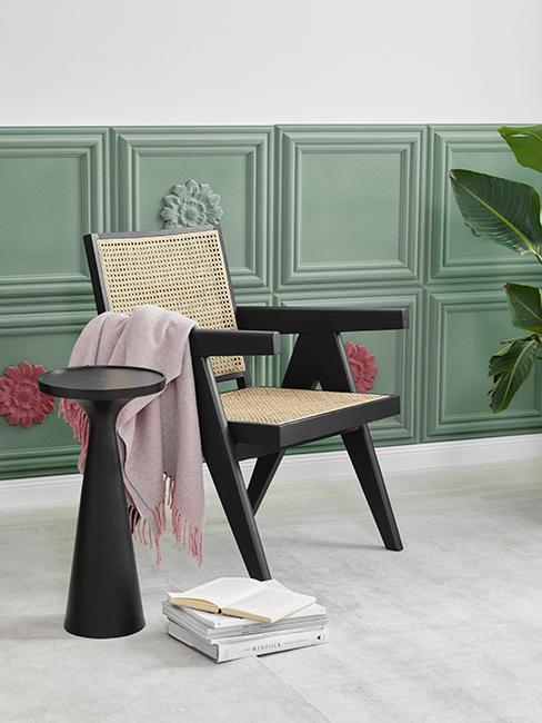 mur vert avec chaise en cannage
