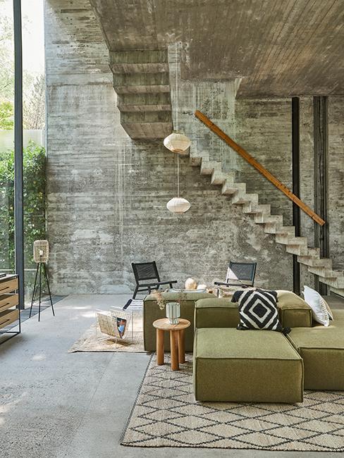salon avec mur brut et canapé vert olive