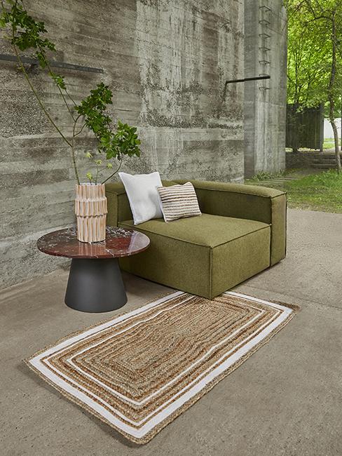 canapé vert avec tapis en jute
