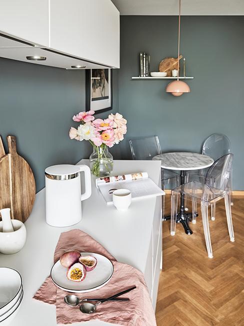 cuisine avec mur couleur vert de gris