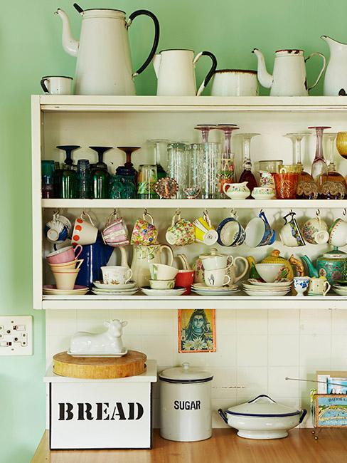 vaisselier vintage dans une cuisine rustique aux murs verts