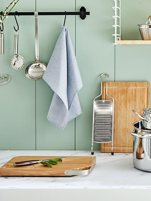 comptoir de cuisine scandi avec mur vert pastel