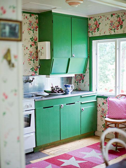 cuisine verte romantique avec papier peint vintage