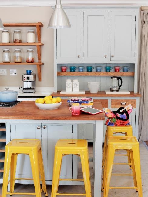 cuisine rustique avec meubles bleus clairs et tabourets jaunes