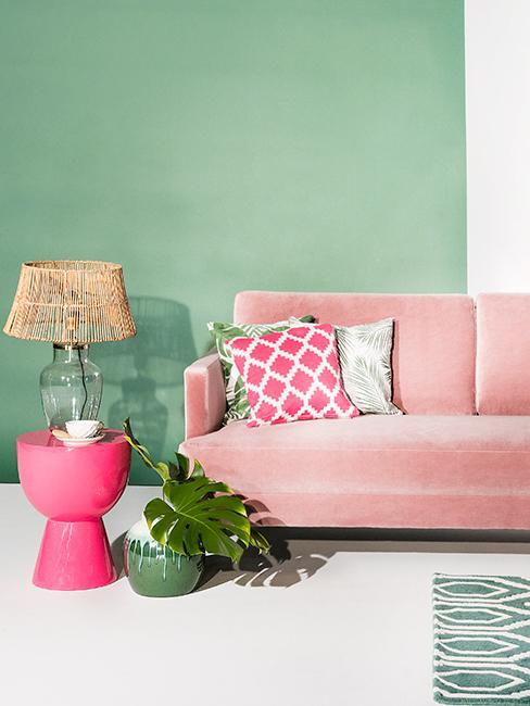 salon coloré avec canapé rose et mur vert olive