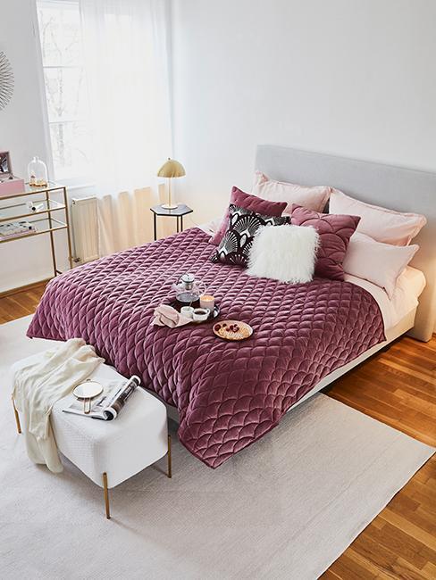 chambre moderne avec linge de lit violet
