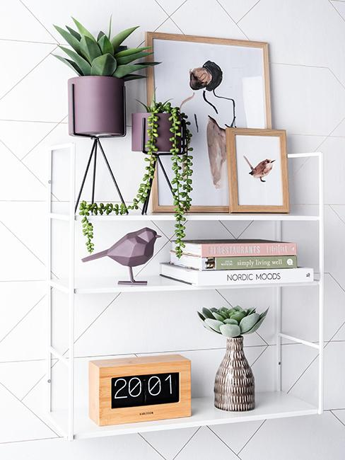 déco intérieure moderne avec objets violets