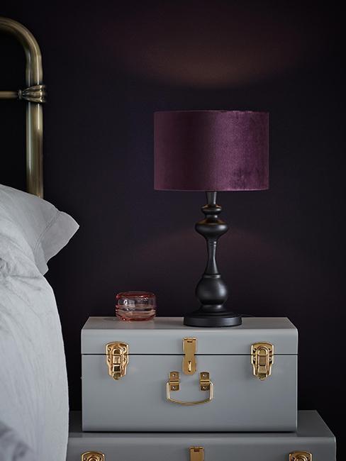 chambre avec mur violet foncé