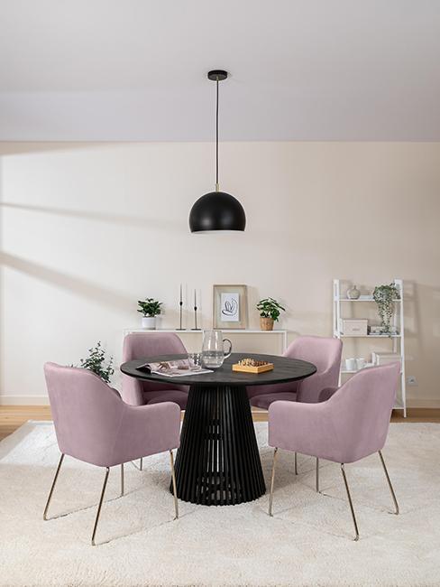 salle à manger moderne avec chaises violettes