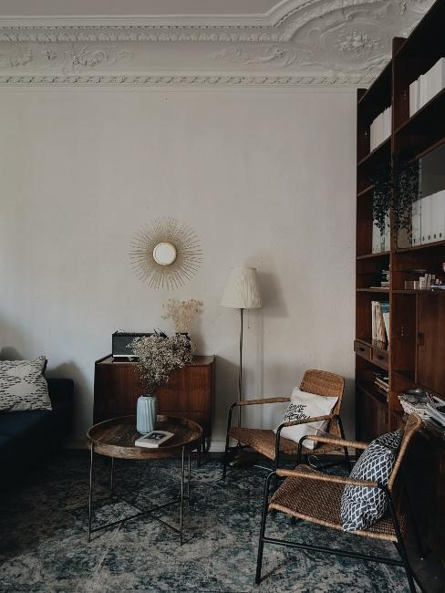 salon avec tapis vintage, bibliothèque, miroir soleil