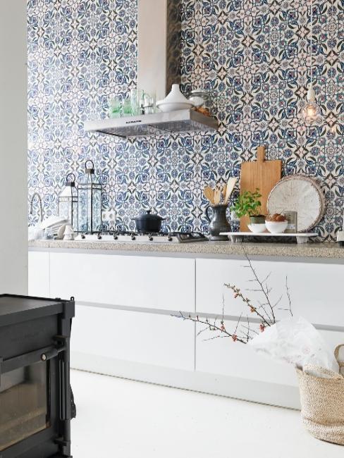 cuisine blanche avec mur carrelage bleu