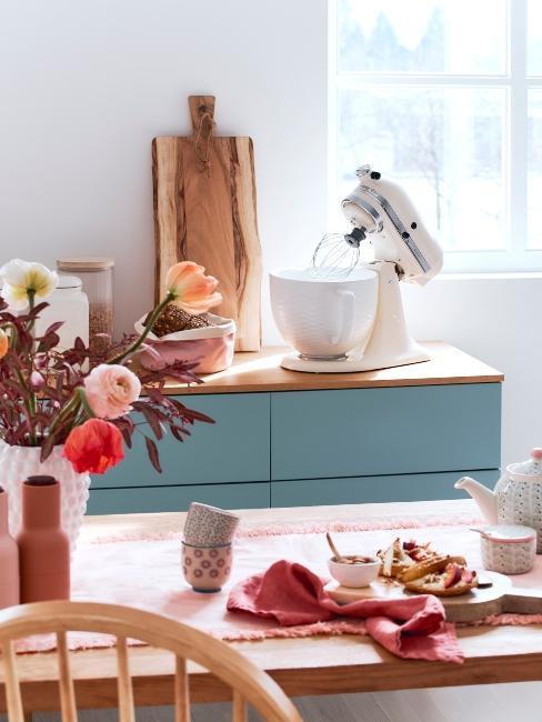 cuisine rustique bleue avec électroménager rétro et table en bois massif