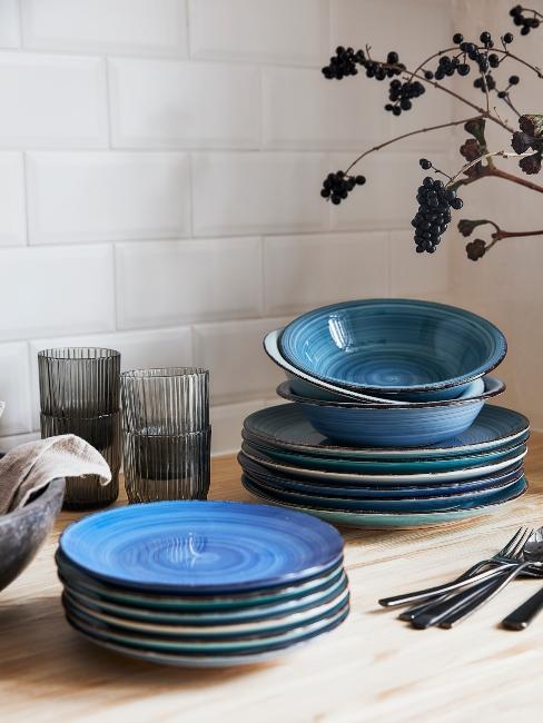 vaisselle en céramique bleue, carrelage blanc