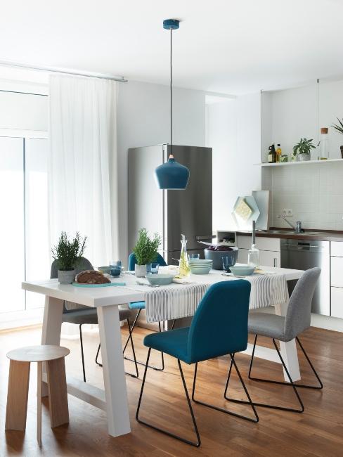 cuisine avec chaises bleus