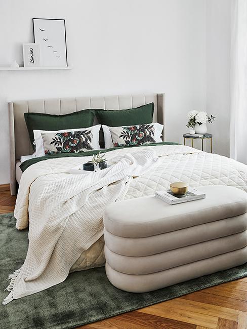 chambre moderne avec tete de lit en velours beige et coussins vert sapin
