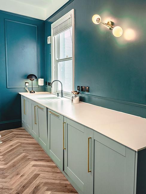 cuisine bleue avec mur bleu canrd