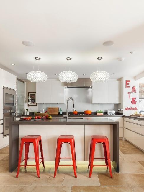 grande cuisine avec tabourets rouges