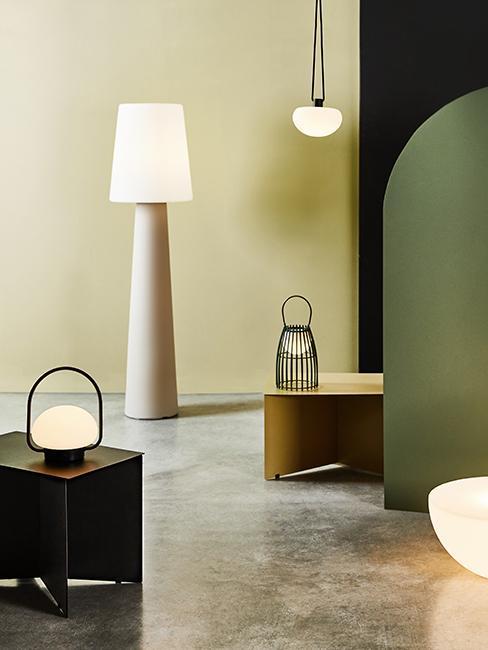 lampes et mur kaki