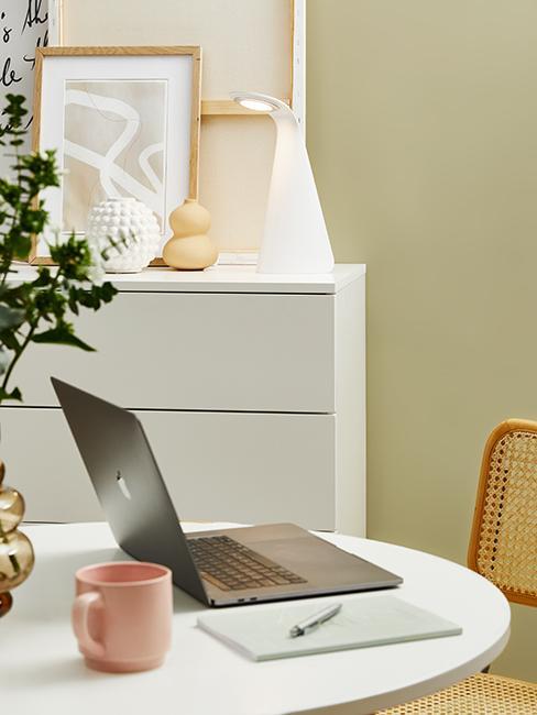 bureau avec mur kaki