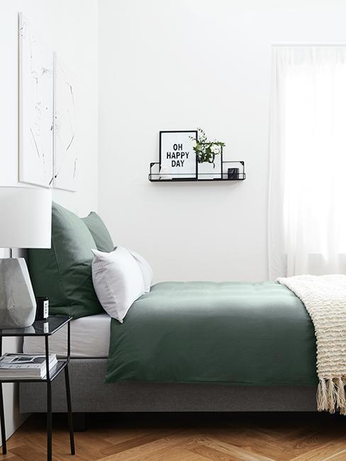 chambre avec linge de lit vert