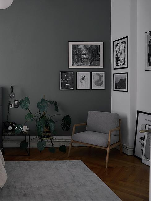 chambre avec fauteuil et une mur vert gris