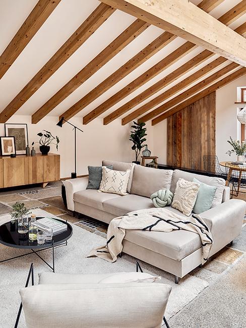 salon mansardé avec poutres en bois