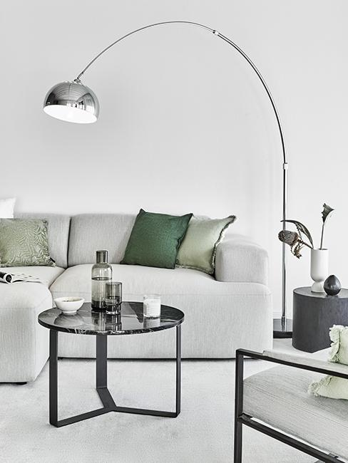 salon moderne gris avec coussins verts