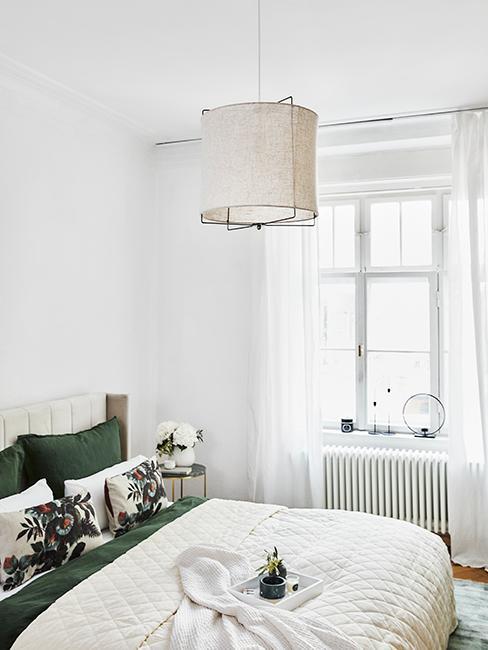 chambre moderne blanche avec drap vert
