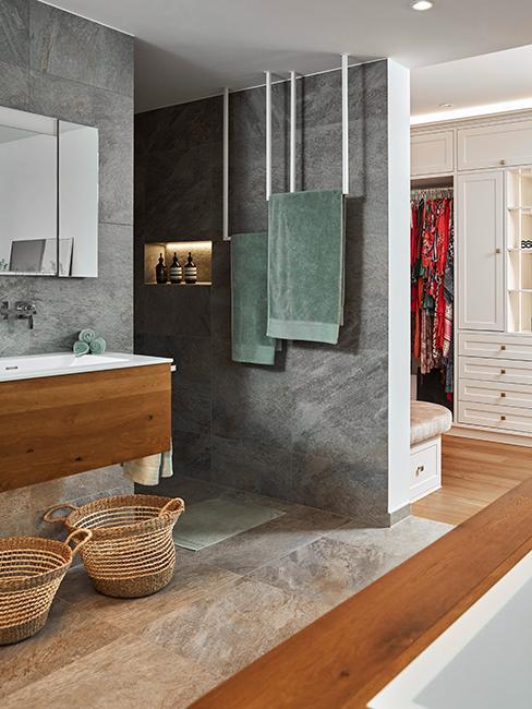 salle de bain moderne avec mur gris et serviettes kaki