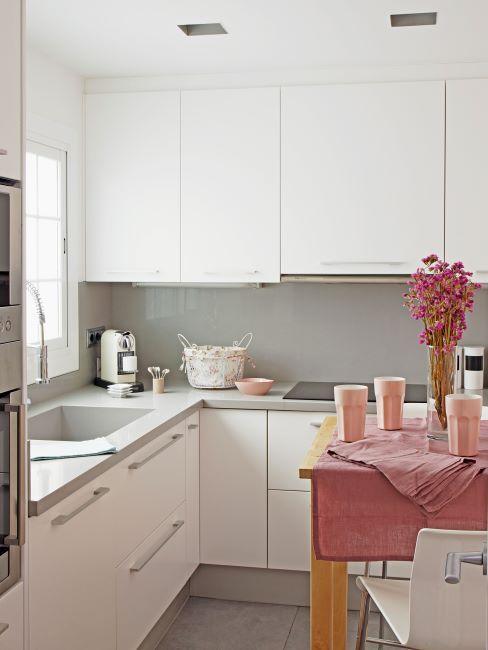cuisine rose, détails roses, rose poudré, vieux rose, cuisine blanche, nappe rose