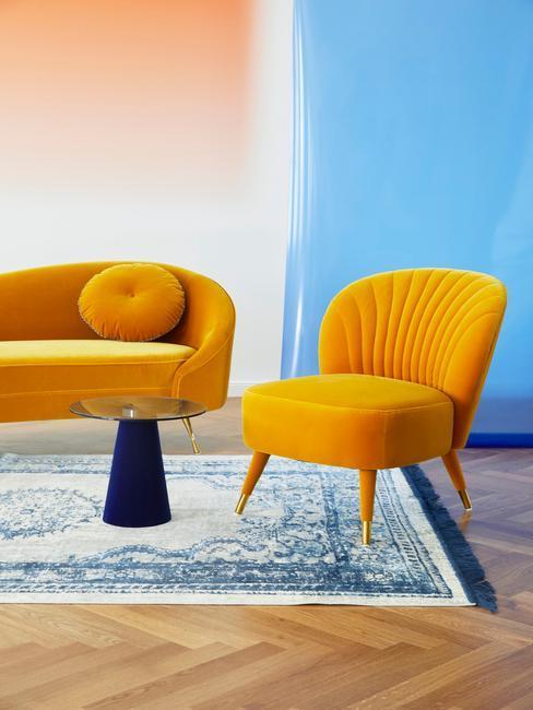 jaune, jaune moutarde, salon mexicain, mur bleu, tapis rustique