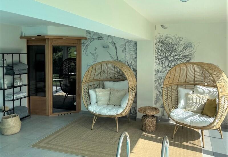 photo mobilier piscine intérieure après aménagement Westwing