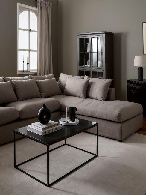 salon taupe et noir, salon élégant, minimaliste, table basse noire, grand canapé taupe, vaisselier