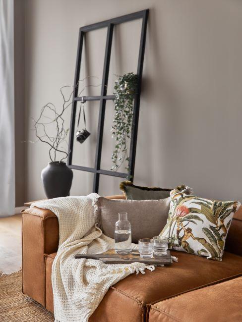 salon taupe, canapé cuir, décoration murale