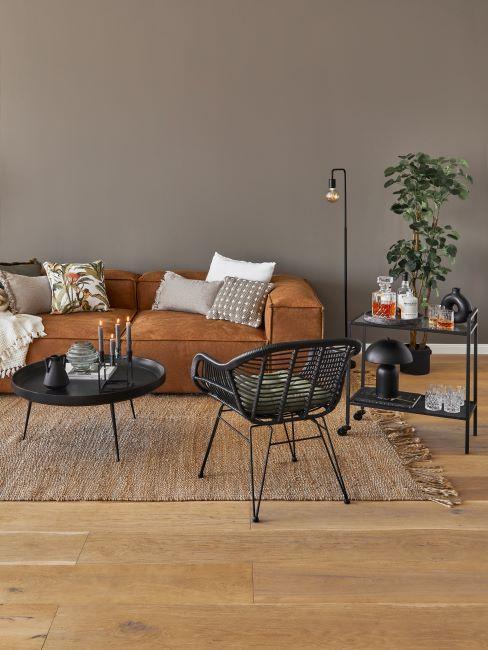 salon taupe,grand canapé en cuir, chaises design, tapis en matière naturelle, plante d'intérieur