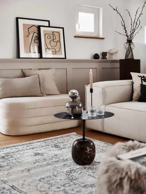 salon, table d'appoint noire, cadres, beige, tapis vintage