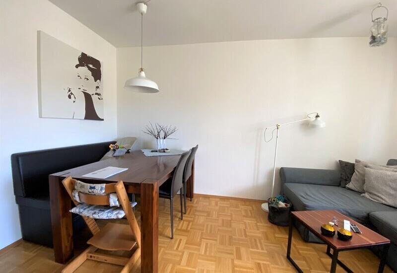 un salon avec un coin repas avant aménagement par Westwing