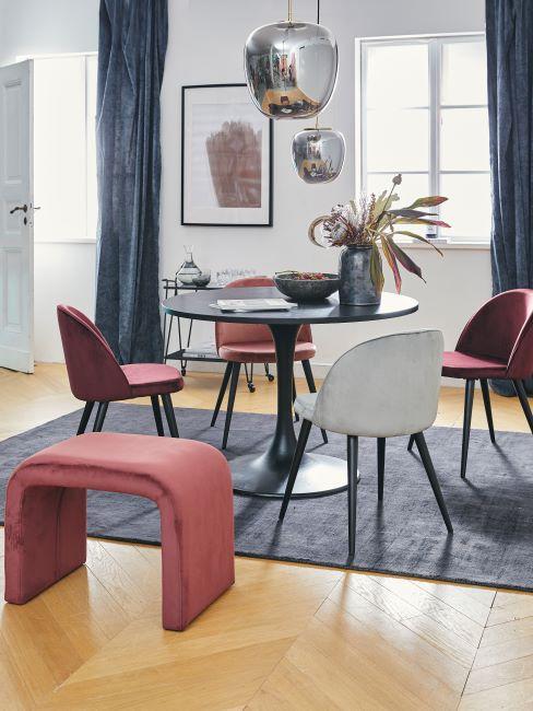 pour velours, chaise moderne, rideaux bleus, table ronde, tapis bleu, salon moderne