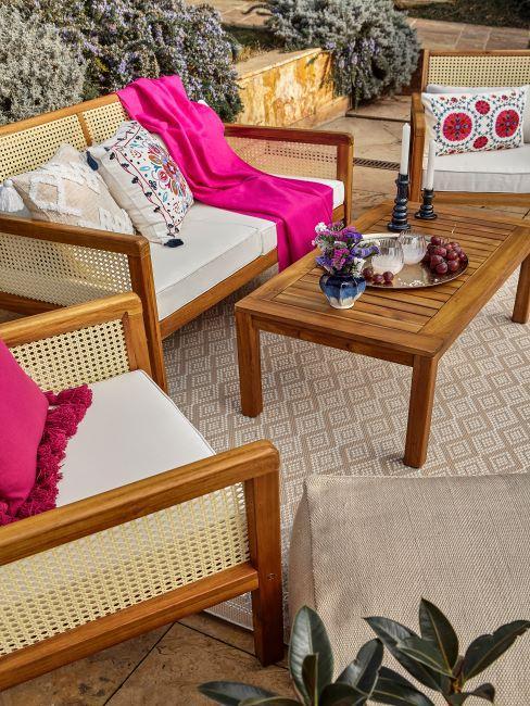 terrasse avec salon de jardin en bois et cannage