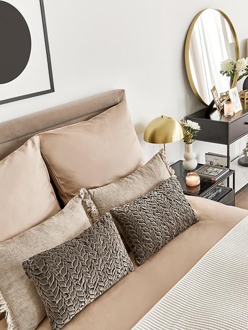 chambre moderne avec linge de lit taupe