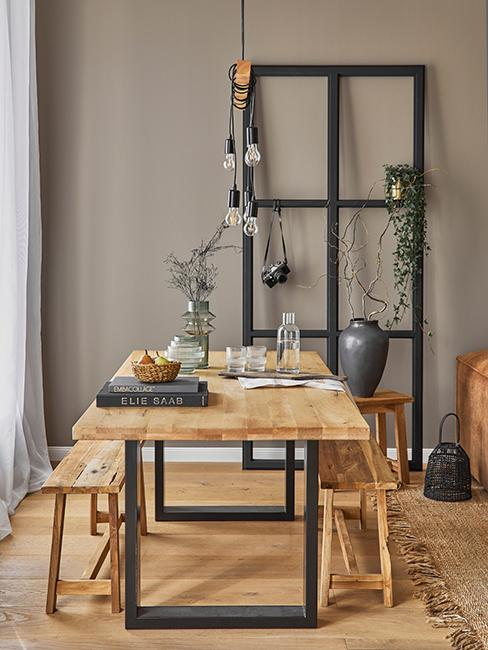 salle à manger moderne avec table en bois et mur taupe