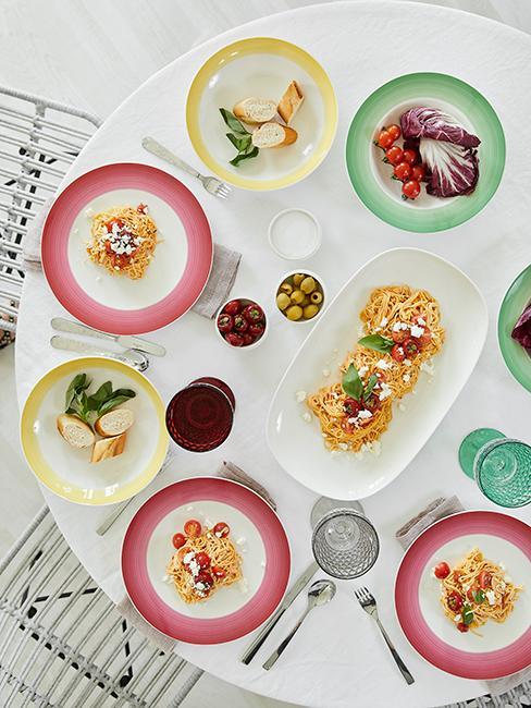déco de table avec assiettes colorées