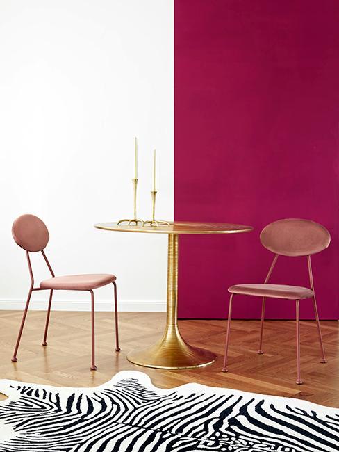 salle à manger avec mur rose et blanc